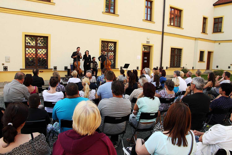 Brno-Tuřany koncert na nádvoří